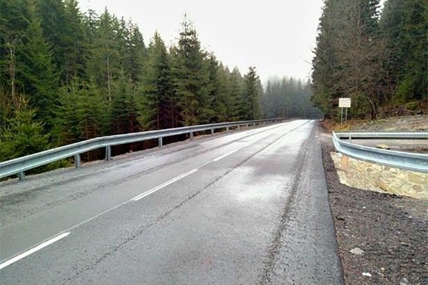 Popis: Rekonstruovaná silnice II/481 u Velkých Karlovic.
