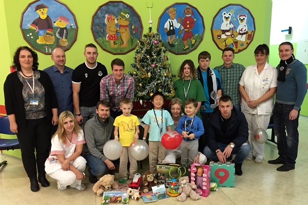 Popis: Členové FK Pelhřimov již v loňském roce uspořádali benefiční zápas, jehož výtěžek - finanční i věcný v podobě hromady hraček - věnovali na dětské oddělení Nemocnice Pelhřimov.