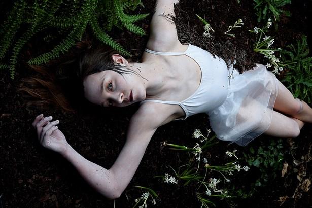 Popis: Hladová země - fotografie na plakát s herečkou Denisou Barešovou.