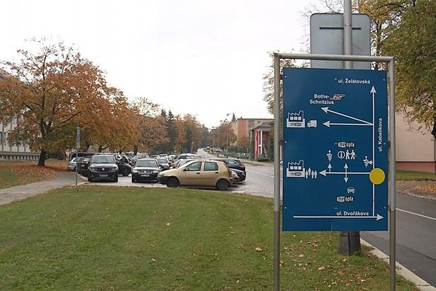 Popis: Parkoviště před Meoptou využívají především zaměstnanci, ale i obyvatelé z blízkých domů. Kapacita parkoviště se do léta navýší.