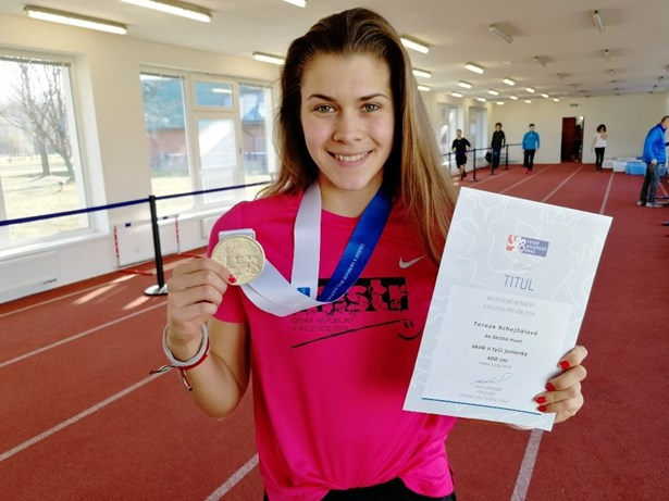 Popis: Tereza Schejbalová získala zlato ve skoku o tyči.