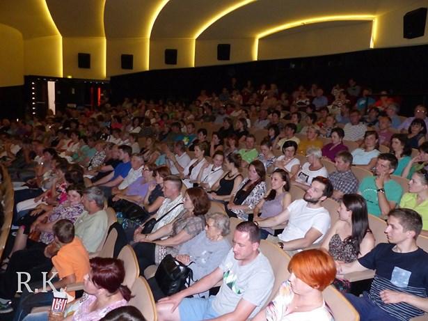 Popis: Vyprodaný sál vsetínského kina Vatra.
