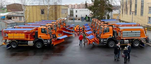 Popis: Od kraje dostali jihočeští silničáři zkvalitnění údržby 10 nových vozů za 42 milionů korun.