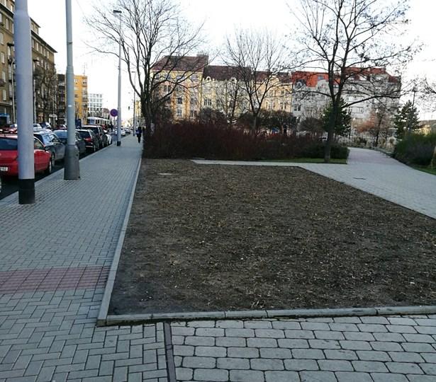 Popis: Ortenovo náměstí - pozemek pro kavárnu.