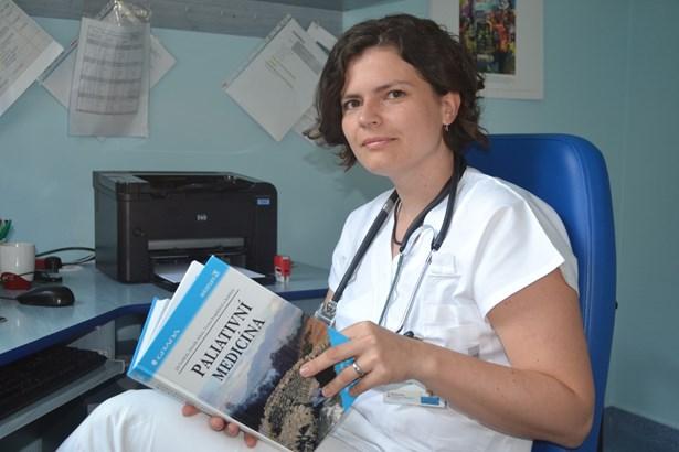 Popis: Paliatr a lékařka ambulance pro paliativní a podpůrnou péči MUDr. Veronika Mikolajková.