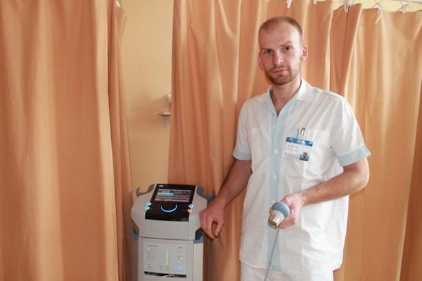Popis: Mgr. Heckel s novým přístrojem.