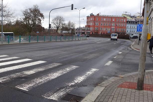 Popis: Západní ulice před opravou.