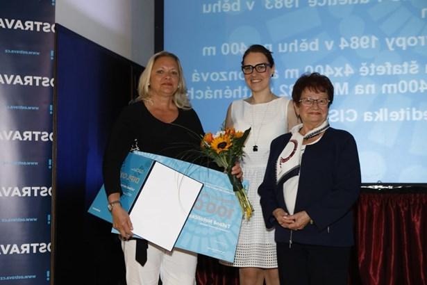 Popis: Letošní sportovní legendě gratulovala také Adolfína Tačová, bývalá československá sportovní gymnastka, držitelka stříbrné medaile v soutěži družstev žen z LOH 1960 a LOH 1964, jedna z legend ankety.