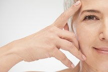 Dermatoložka radí, jak vhodně v létě pečovat o zralou pleť
