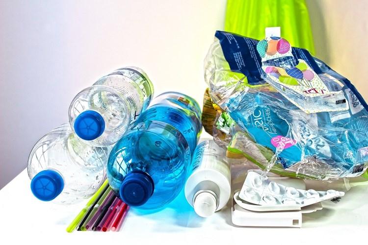 O problematice plastových odpadů se mluví častěji. Přitom jsou textilní odpady také závažné riziko.