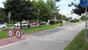 Cyklostezka, která byla přerušena chodníkem, se po dvou letech stane konečně celistvou