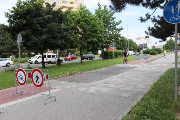 Popis: Cyklostezku přerušuje chodník – tento stav bude ale za pár týdnů minulostí. Dnes se dělníci pustili do práce.