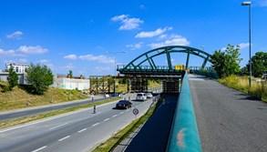Nový most v Plzni se sune na místo, pojedou po něm tramvaje na Borská pole