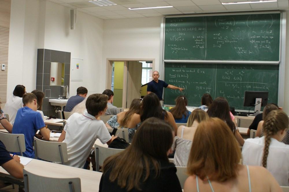 Popis: Výuka Letní školy algebraické geometrie na Přírodovědecké fakultě UHK.