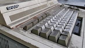 Hazard se zdravím v podobě starých zářivek, baterií i počítačů: Jaký nebezpečný elektroodpad doma Češi skladují?