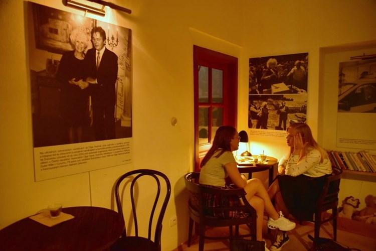 Olga Havlová v kavárně s celebritami i s potřebnými