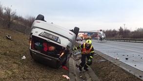 Na D1 u obce Kujavy skončilo auto na střeše