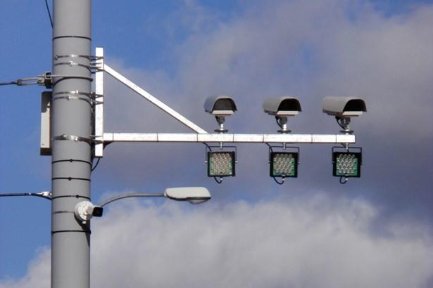 Popis: Kamera detekující v Plzni jízdu na červenou.