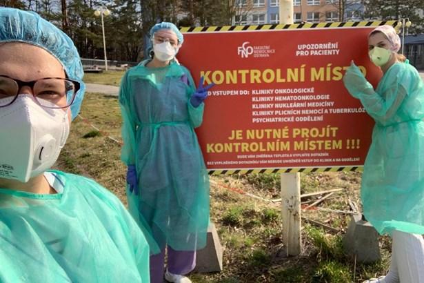 Popis: V nemocnicích a zdravotnických zařízeních pracuje už 150 studentů ostravské lékařské fakulty. Další stovka je připravena pomoci.