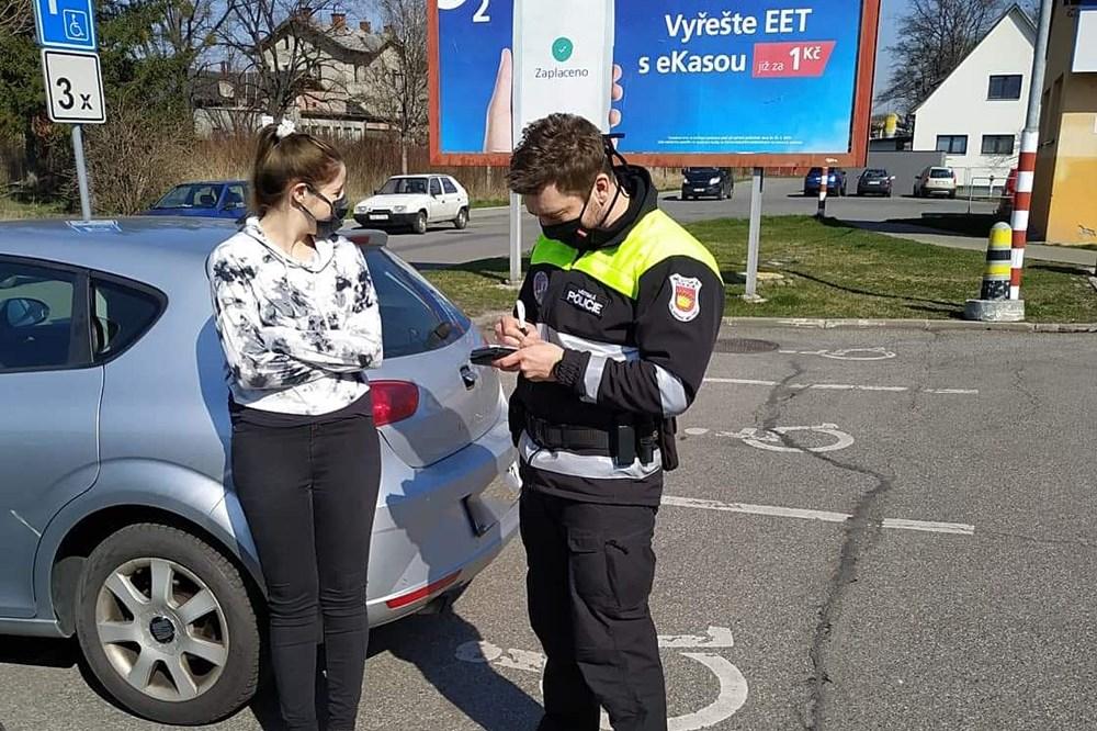 Popis: Městská policie Valašské Meziříčí dohlíží na dodržování nařízení vlády