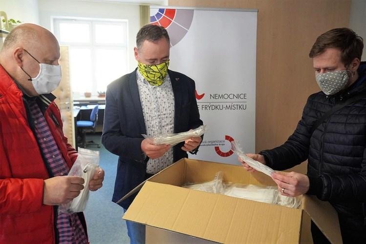 Město Frýdek-Místek nakoupilo roušky a předává je zdravotníkům, zítra začne distribuce seniorům