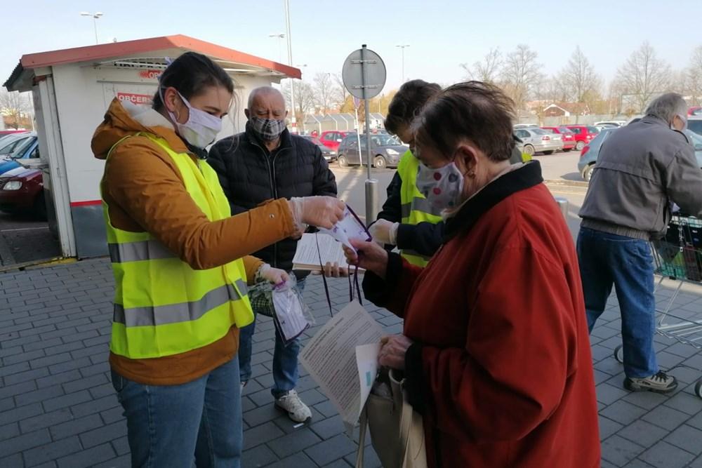 Popis: Z rukou dobrovolníků českobudějovické ADRY obdrželi senioři vedle roušek i leták s užitečnými radami a poučením o jejich údržbě.