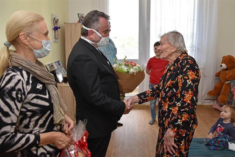 Popis: Růžena Malinová se narodila 17. května 1917 ve Valašském Meziříčí na dnešní ulici Příční.