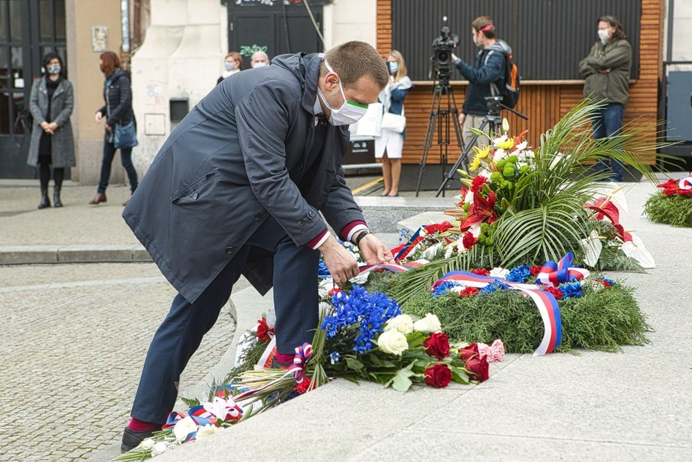 Popis: Primátor Martin Baxa položil květiny k pomníku Díky, Ameriko!