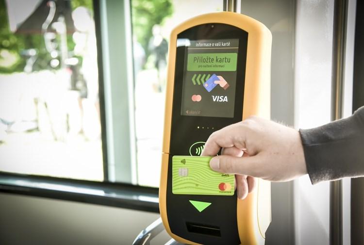 Za jízdenky bude v Brně možné platit kartou