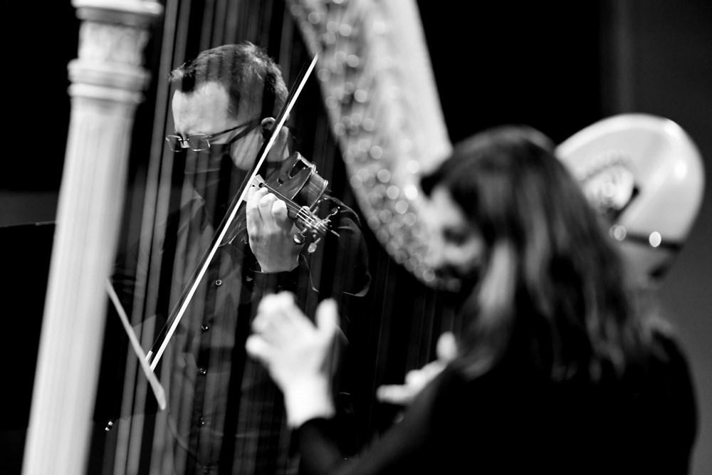 Popis: Od poloviny května jako první z českých orchestrů zpřístupnila JFO symbolicky v 66. sezóně vždy 66 posluchačům komorní koncerty svého ´streamovaného´ cyklu.