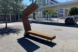 Zlín zkouší chytrou lavičku. Umožní přístup k Wi-Fi i dobití mobilu