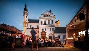 Divadelnímu open air festivalu Pernštejnlove přálo počasí i diváci