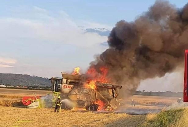 Popis: Požár kombajnu na poli poblíž obce Bělkovice-Lašťany v okrese Olomouc.