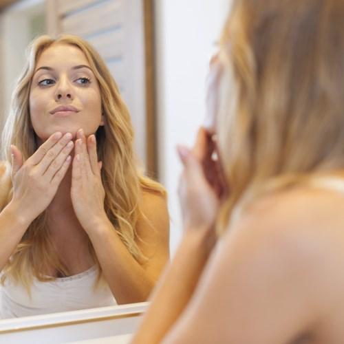 Jak zmírnit na pleti projevy akné? Na zmírnění jizev pomůže laser