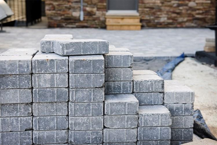 Město investuje miliony do oprav hradeckých chodníků