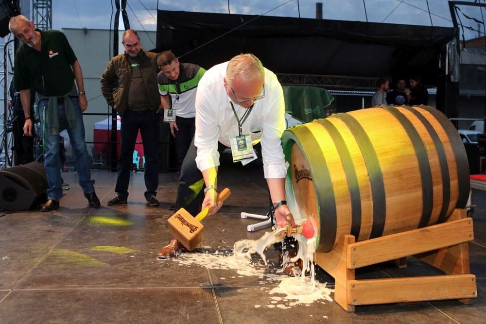 Pilsner Fest. Slavnostní naražení 174l sudu na přípitek.
