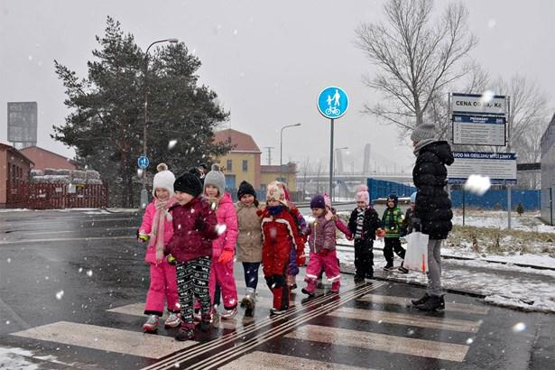 Popis: Nový přechod ve Studentské ulici slavnostně otevřeli děti z mateřské školy Skřivánek.