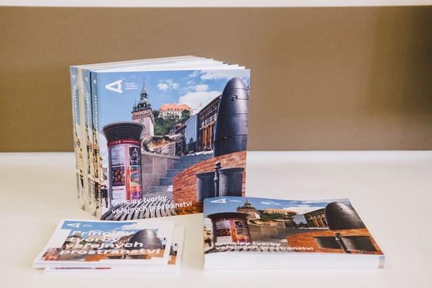 Popis: Knihu s názvem Principy tvorby veřejných prostranství připravila Kancelář architekta města Brna. V deseti kapitolách popisuje, jak tvořit ulice, náměstí nebo parky, kde se budou lidé cítit příjemně a bezpečně.