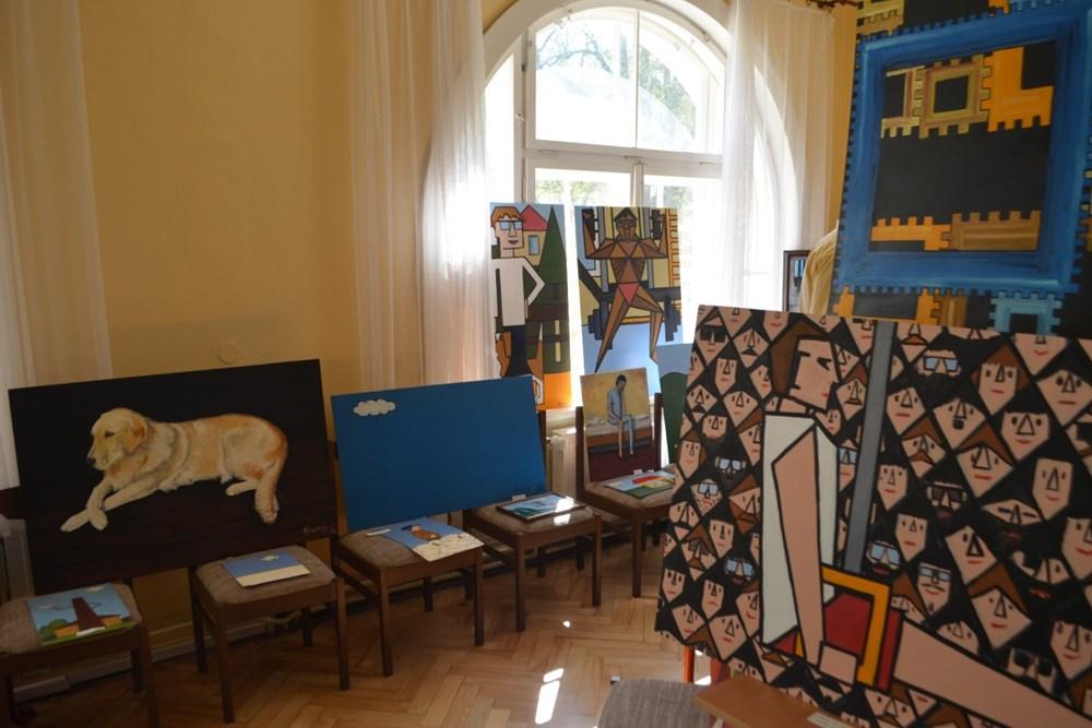 Popis: Lékař Marek Šťastný se věnoval všem hostům a trpělivě jim popisoval svoji práci s jednotlivými obrazy.