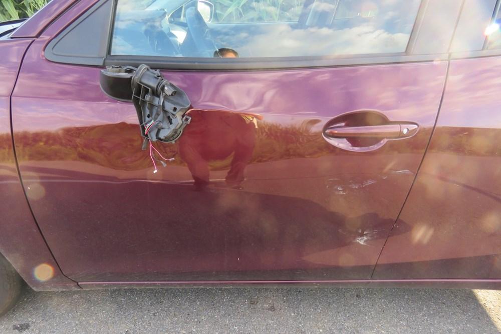 Popis: Škoda na autě po střetu se srnou.