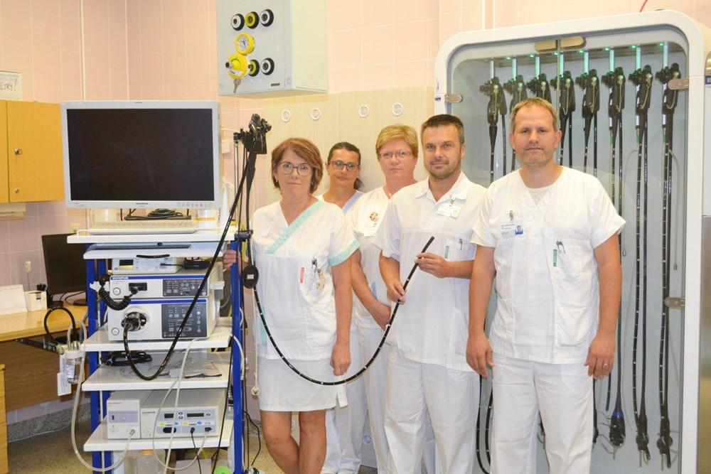 Popis: Tým gastroenterologického oddělení Nemocnice Prostějov s novým vybavením.