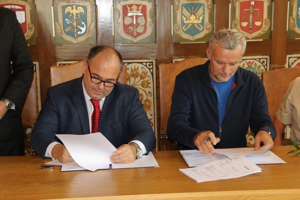 Popis: Podpis smlouvy.