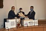 Zástupci vietnamské komunity předali Plzni 1700 roušek a 300 tisíc korun