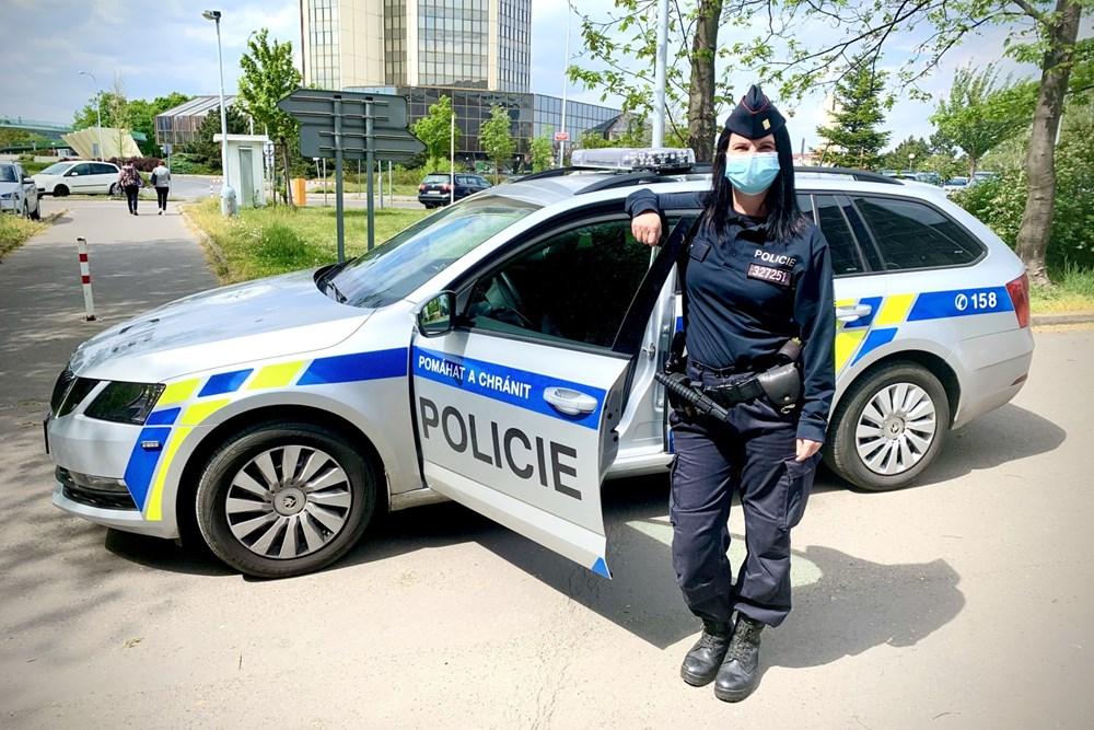 Popis: Policistka cestou do práce zadržela na autobusové zastávce výtržníka.