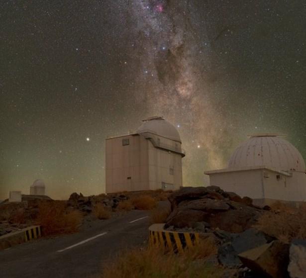 Popis: Pohled na kopuli dalekohledu se zrcadlem oprůměru 1.52 metru, který bude hostit nový český spektrograf PLATOSpec.